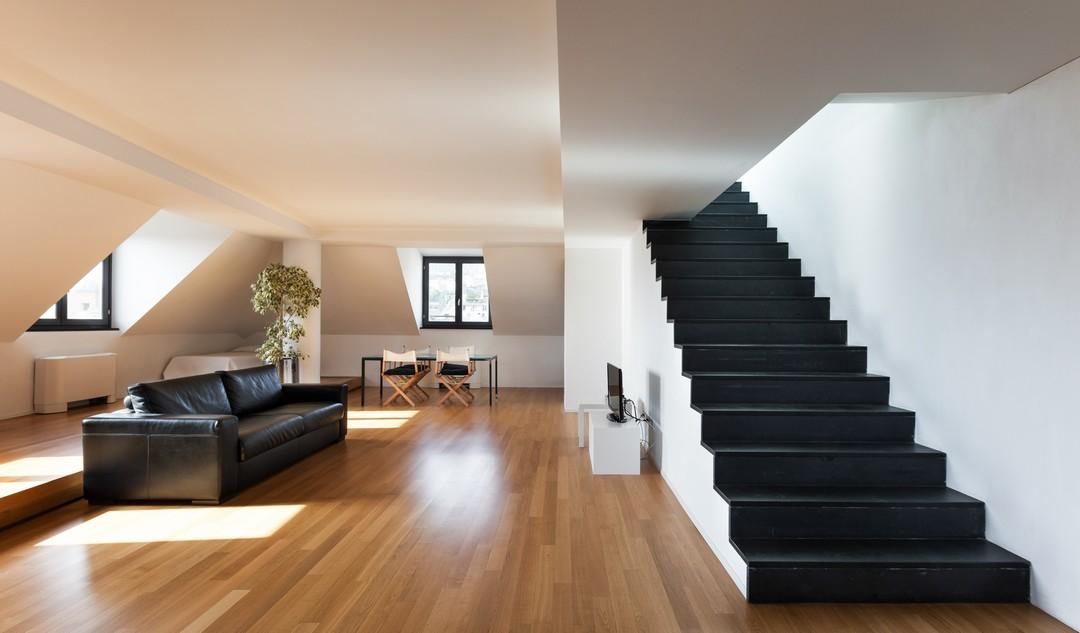 Escalier noir droit dans un salon.