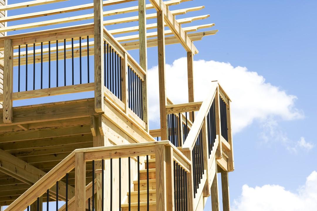 Un escalier extérieur en bois.