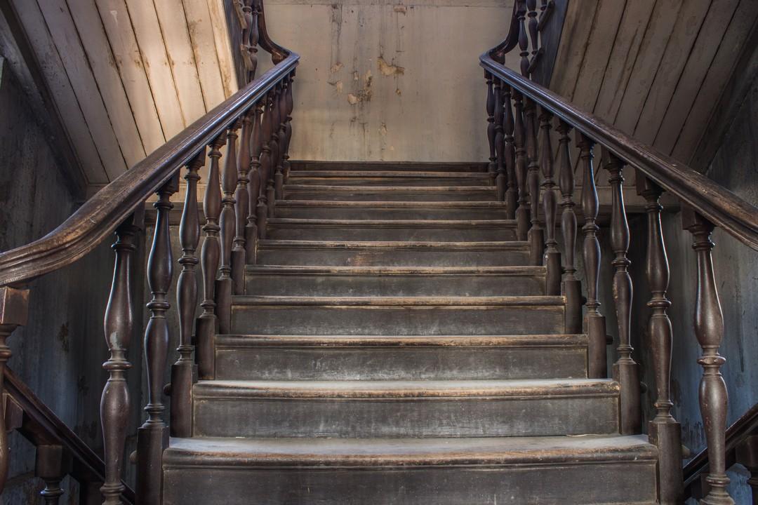 Vieux escaliers en bois.