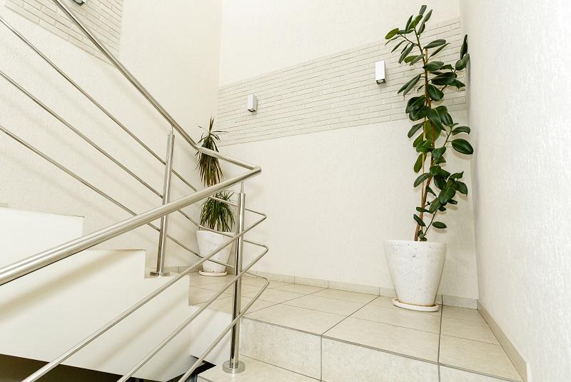 Escalier d'intérieur avec carrelage.
