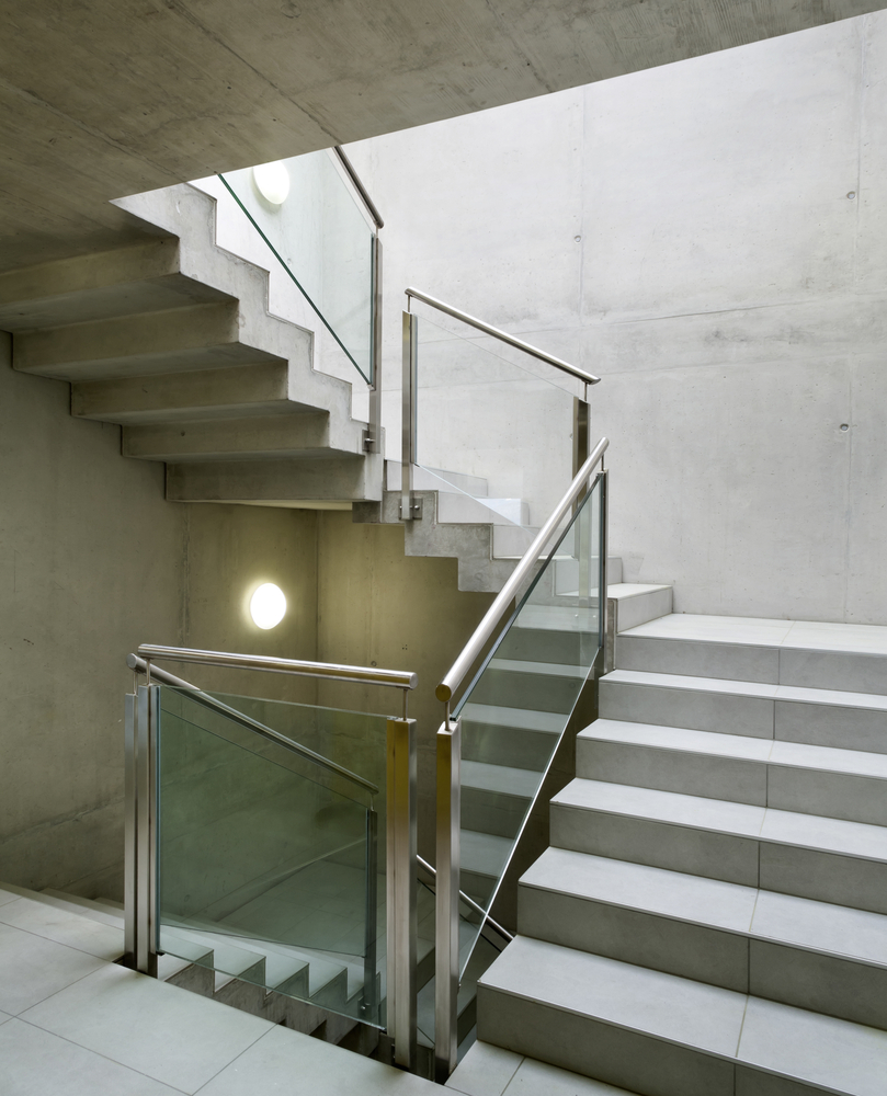 Un escalier en béton dans un intérieur.