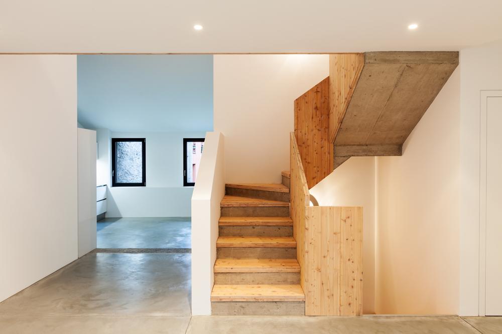 Des escaliers en bois brut, dans un intérieur design.
