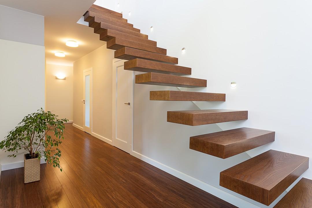 Escalier suspendu en bois.