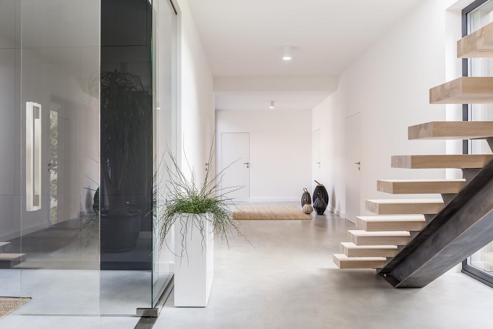 Un escalier design dans un intérieur.