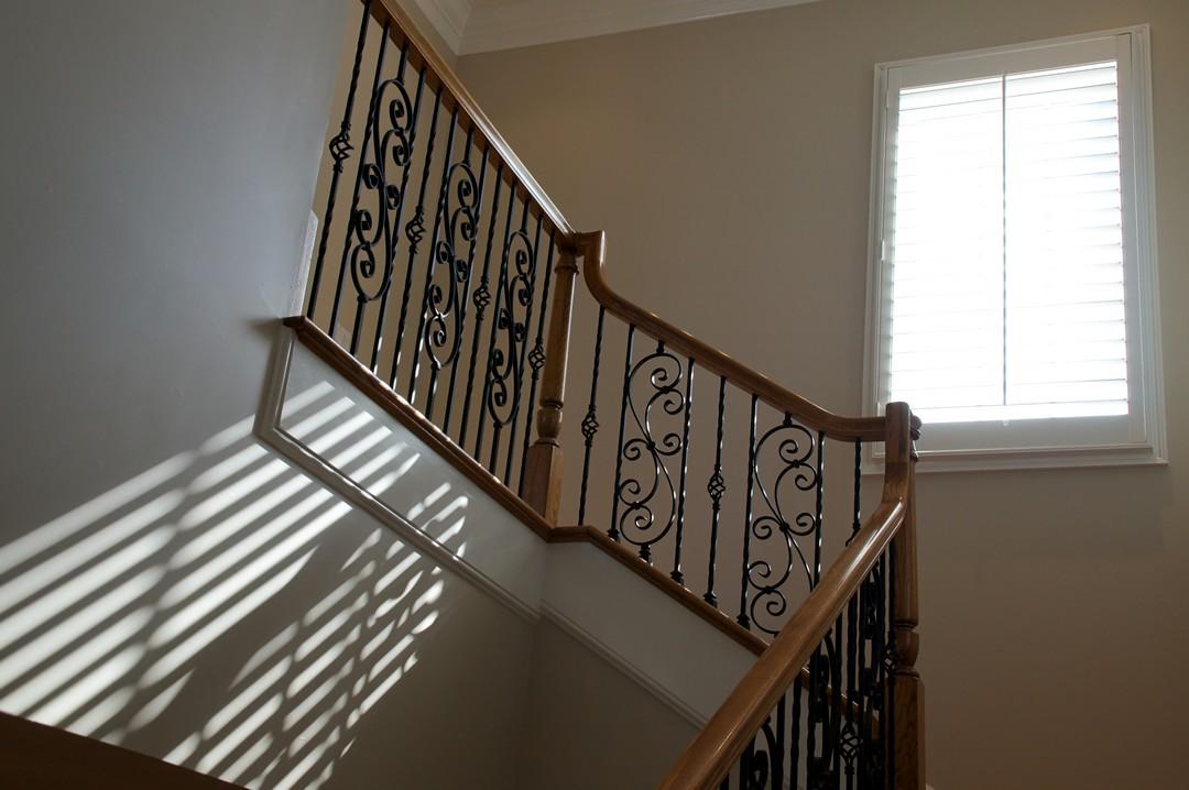 Un escalier éclairé par une fenêtre.