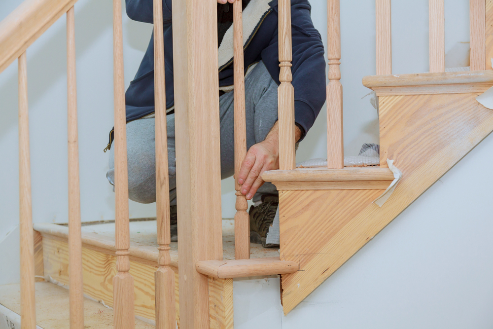 Une personne en train de monter un escalier.
