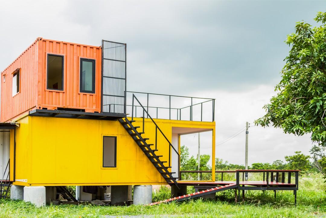 Une maison bicolore mise en valeur pas des escaliers en métal.