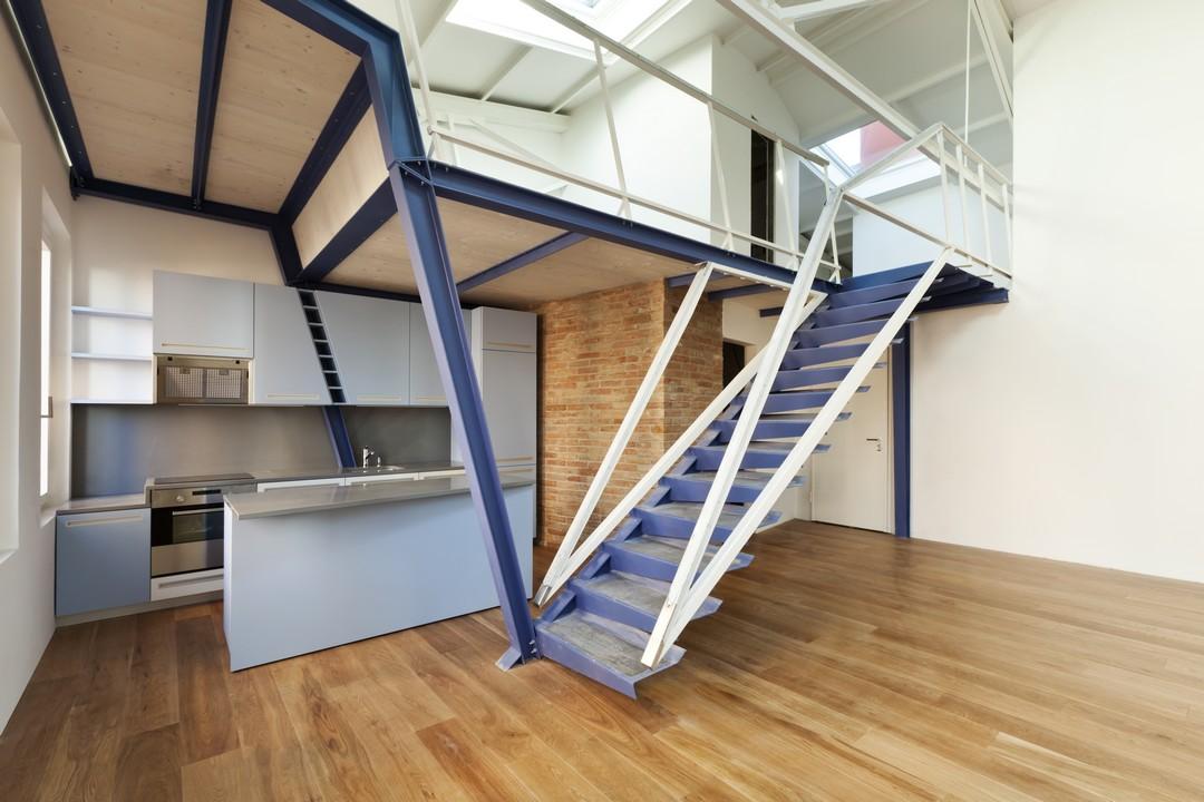 Un escalier en métal dans un intérieur.