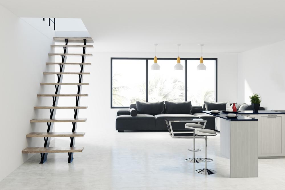 Escalier dans un intérieur blanc.