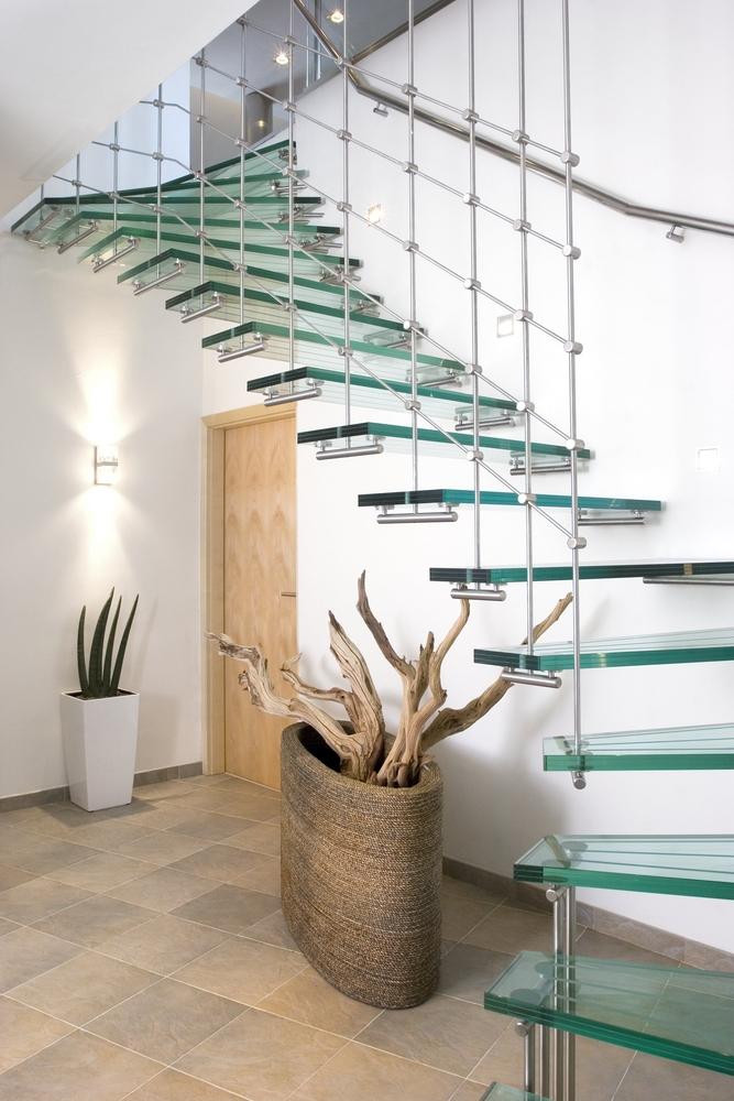 Escalier en verre dans un salon.