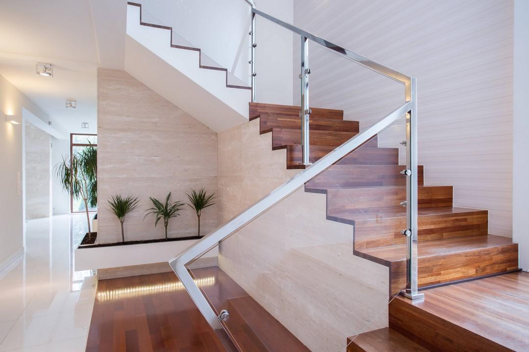 Escaliers en bois et rampe en verre et métal.