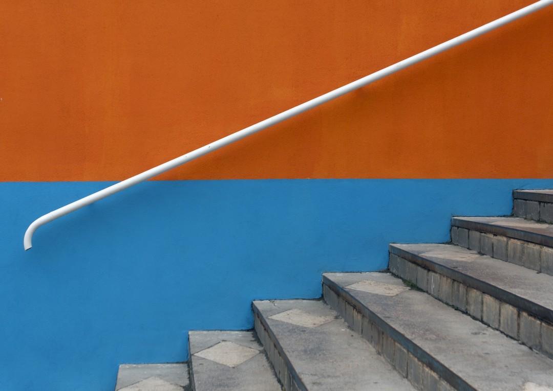 Mur bicolore avec des escaliers en pierre.